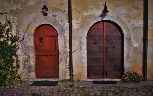 Borgo Arnosto e le sue belle porte.