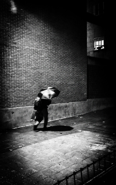 La vida es como caminar en la lluvia: o te escondes, o te mojas.