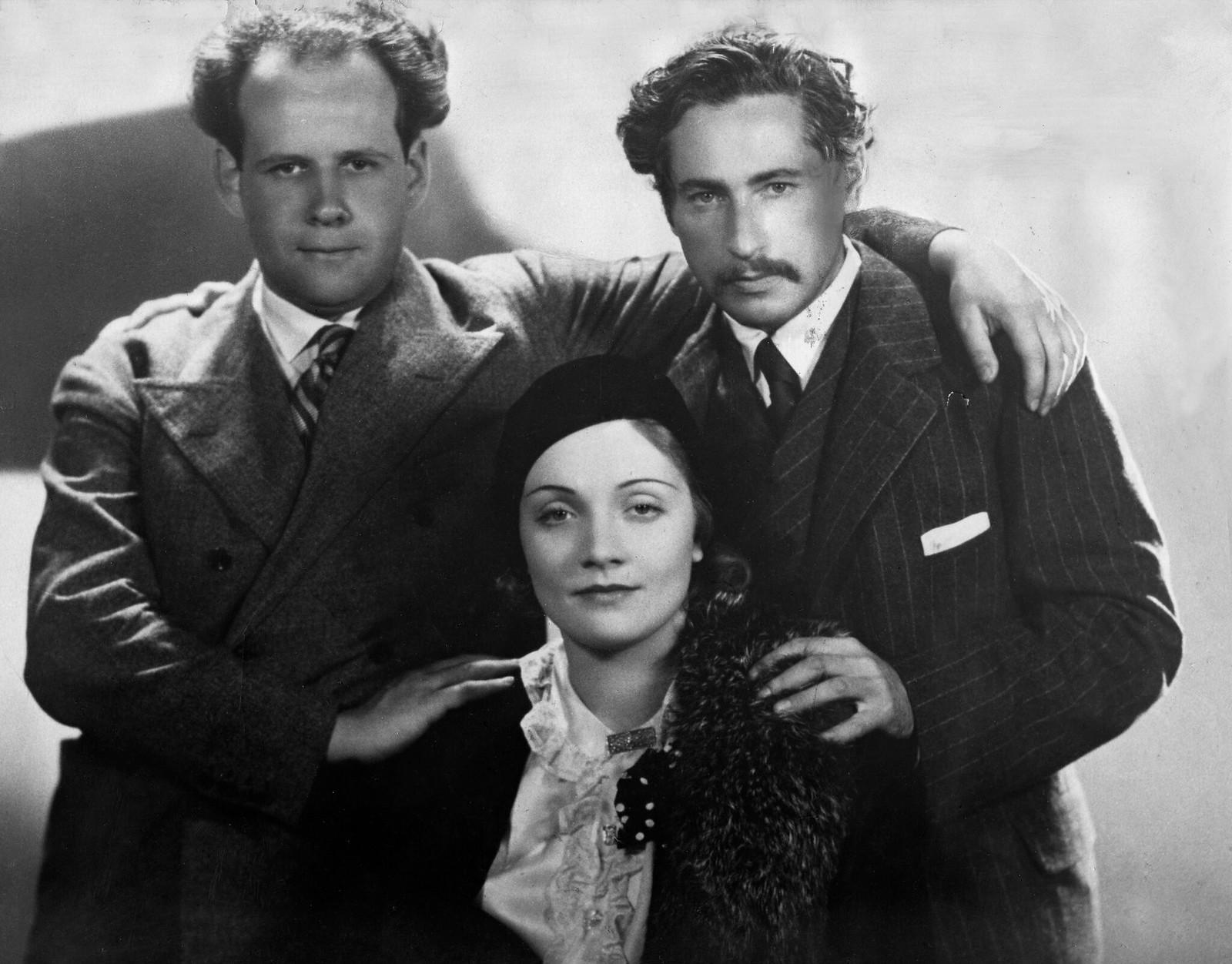 1930. Сергей Эйзенштейн, американский кинорежиссер Йозеф фон Штернберг и Марлен Дитрих фотографируются в Голливуде