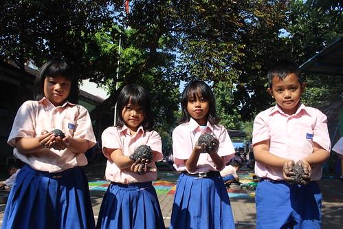 Membuat Telur Asin Bersama Kelas 1 dan 2 SD Strada Kampung Sawah