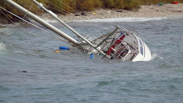 Ιστιοπλοϊκό σκάφος παρασύρθηκε στα βράχια στο Λιμάνι Νικιάνας