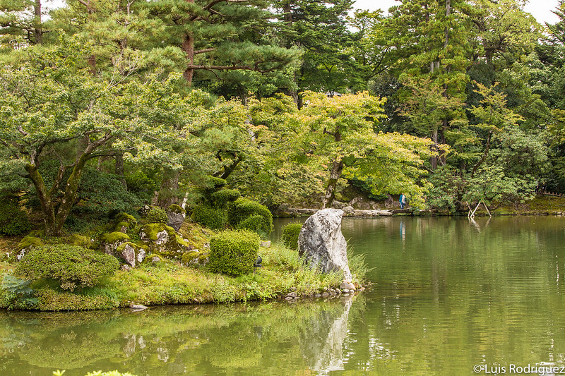 Islote en los jardines Kenrokuen de Kanazawa