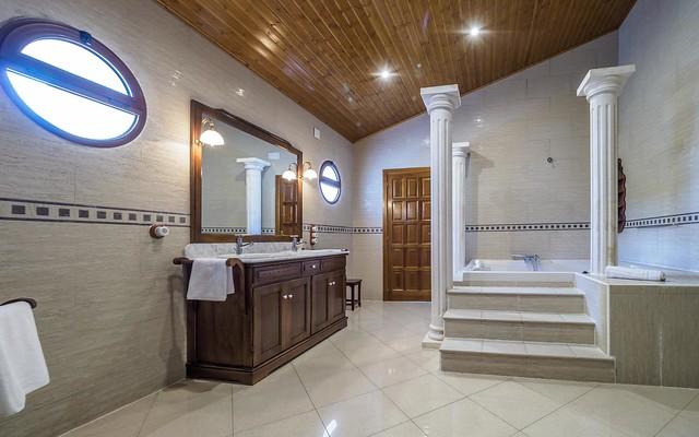 Baño habitación suite con bañera hidromasaje suite principal Masía can Trabal