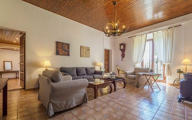 Sala de estar primera planta con sofás Masía can Trabal