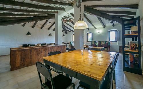 Salón primera planta con zona de estar y mesa comedor grande para grupos Masia Alt