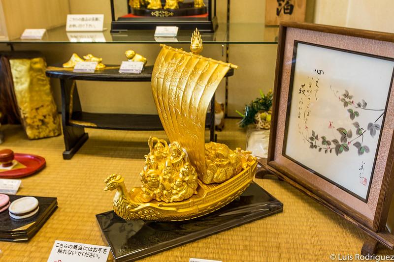 Barco de los siete dioses de la fortuna hechos con pan de oro