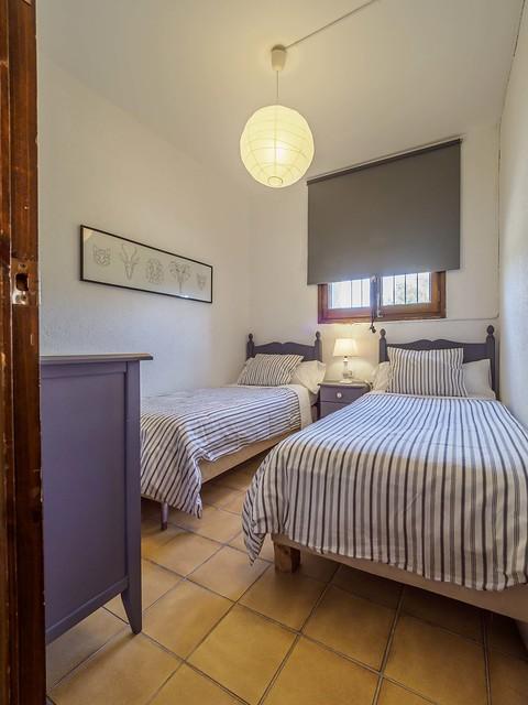 Habitación Hibisco dos camas individuales gris primera planta Masía Can Trabal