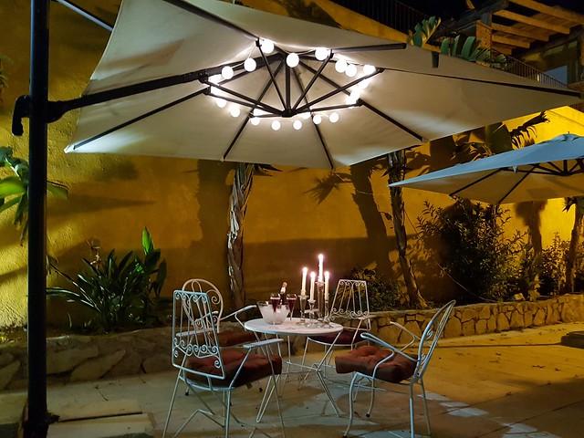 Detalle jardín con detalle romántico para parejas Buhardilla de juegos con billar, dardos y juegos de mesa Masía Can Trabal