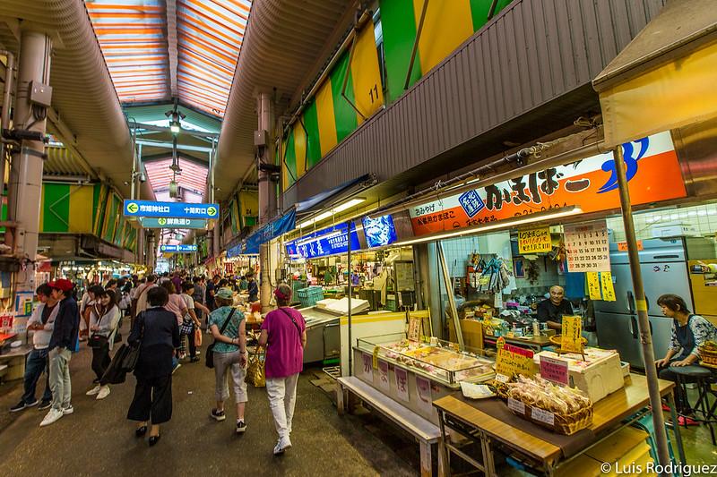 A la derecha, tienda de pasteles de pescado Kamafuji