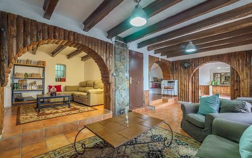 Salón planta baja con sofás y televisión masía Alt