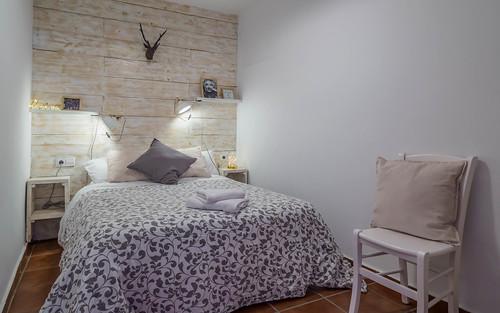 Habitación gris cama doble primera planta Masía Alt
