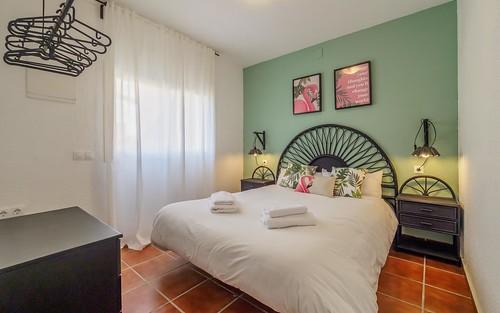 Habitación verde cama doble primera planta Masía Alt