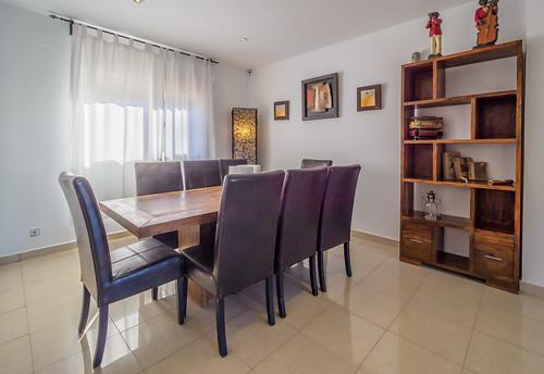 Salón-comedor con sofá y mesa para 8 personas Mas Mestre