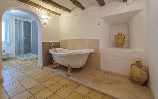 Baño primera planta con bañera y ducha Masía Can Trabal