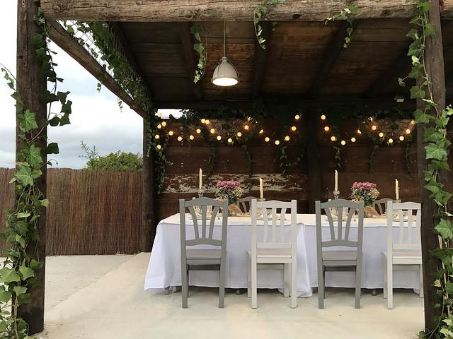Comedor exterior porche madera cerrado para grupos grandes iluminado y decorado