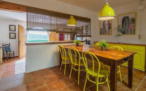 Detalle cocina completa zona comedor amarillo