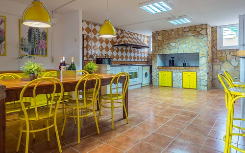Cocina amarilla con mesa desayuno Masia Alt
