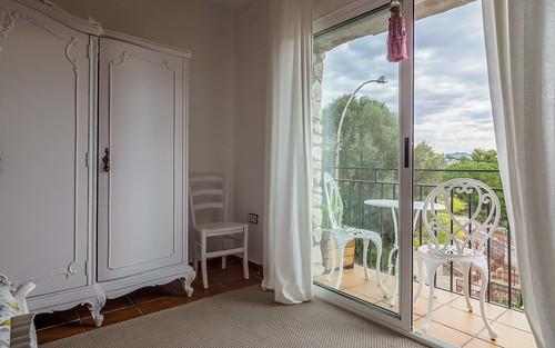 Balcón habitación rosa cama dobleMasía Alt