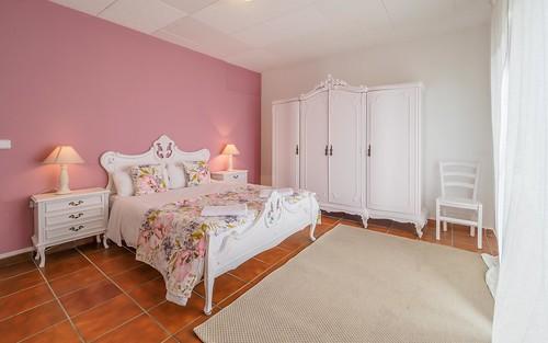 Habitación rosa cama doble primera planta con balcón Masía Alt