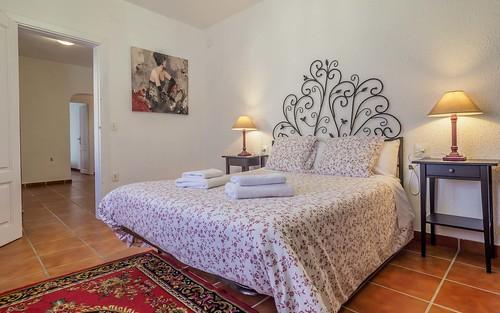 Habitación roja cama doble primera planta Masía Alt