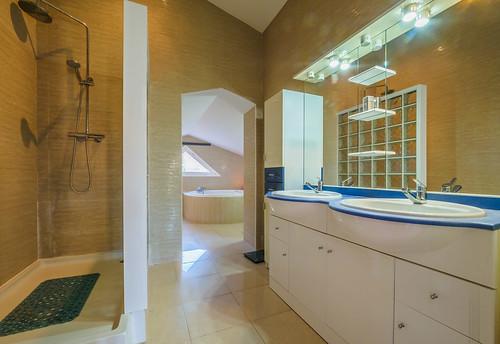 Baño con ducha y bañera hidromasaje habitación planta superior Mas Mestre
