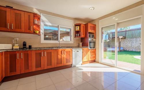 Gran cocina completamente equipada con acceso al jardin y piscina140341