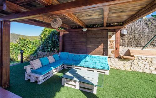 Exterior jardín con piscina y porche chill out Mas Mestre