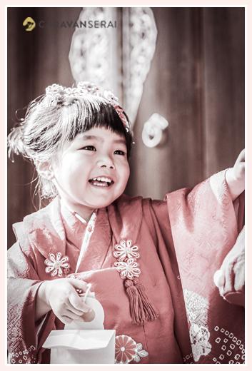 七五三 3歳の女の子 千歳飴をもらって笑顔