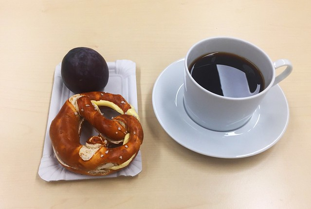 Plum, butter pretzel & coffee / Pflaume, Butterbrezel & Kaffee