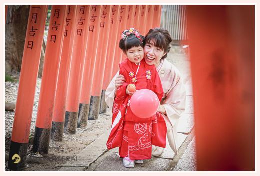 七五三 3歳の女の子とママ 着物姿で鳥居の下で
