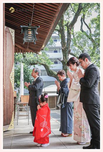 若宮八幡社(名古屋市中区)で七五三 家族・親族そろって拝礼
