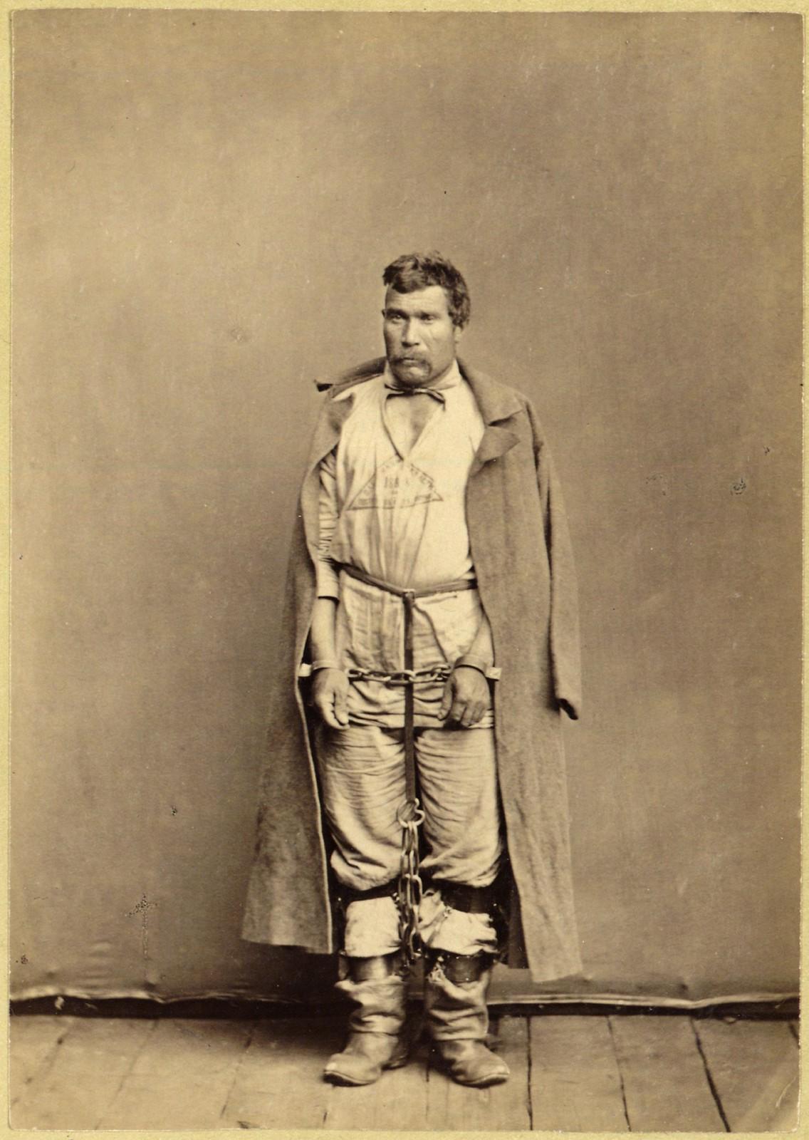 21. Закованный ссыльно-каторжный в ручные и ножные кандалы