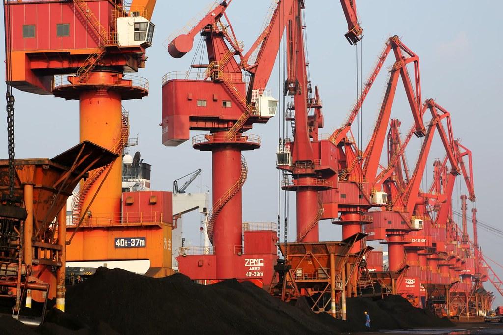 連雲港港口用於發電的煤炭。圖片來源:Alamy