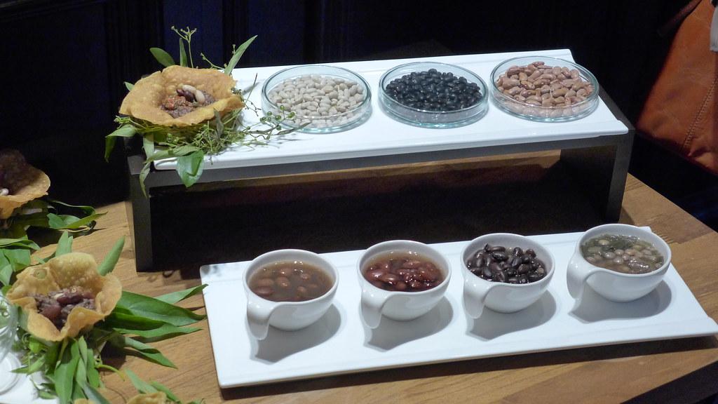 部落的迪娜與返鄉青年用布農豆豆做出不同的料理。孫文臨攝