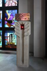 Mieste, Kirche St. Elisabeth, Tabernakel (Hubert Kleemann), Tabernakelstele mit Ewigem Licht (Werner Nickel)