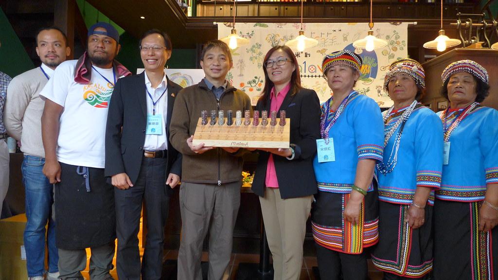 慈心基金會與當地的布農族迪娜共同致贈「布農豆豆種籽標本盤」送給林務局。孫文臨攝