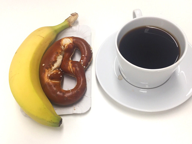 Banana, pretzel & coffee / Banane, Butterbrezel & Kaffee
