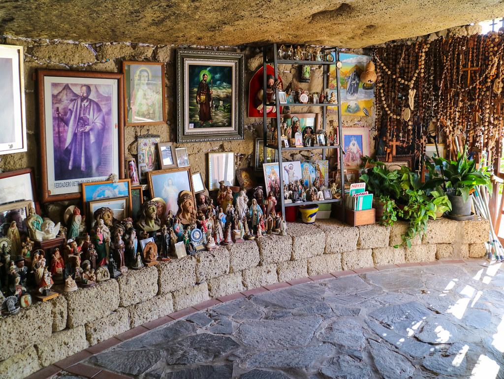 Interior de la cueva del Hermano Pedro en Tenerife