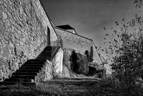 Dicke Felsen unter der Burgmauer