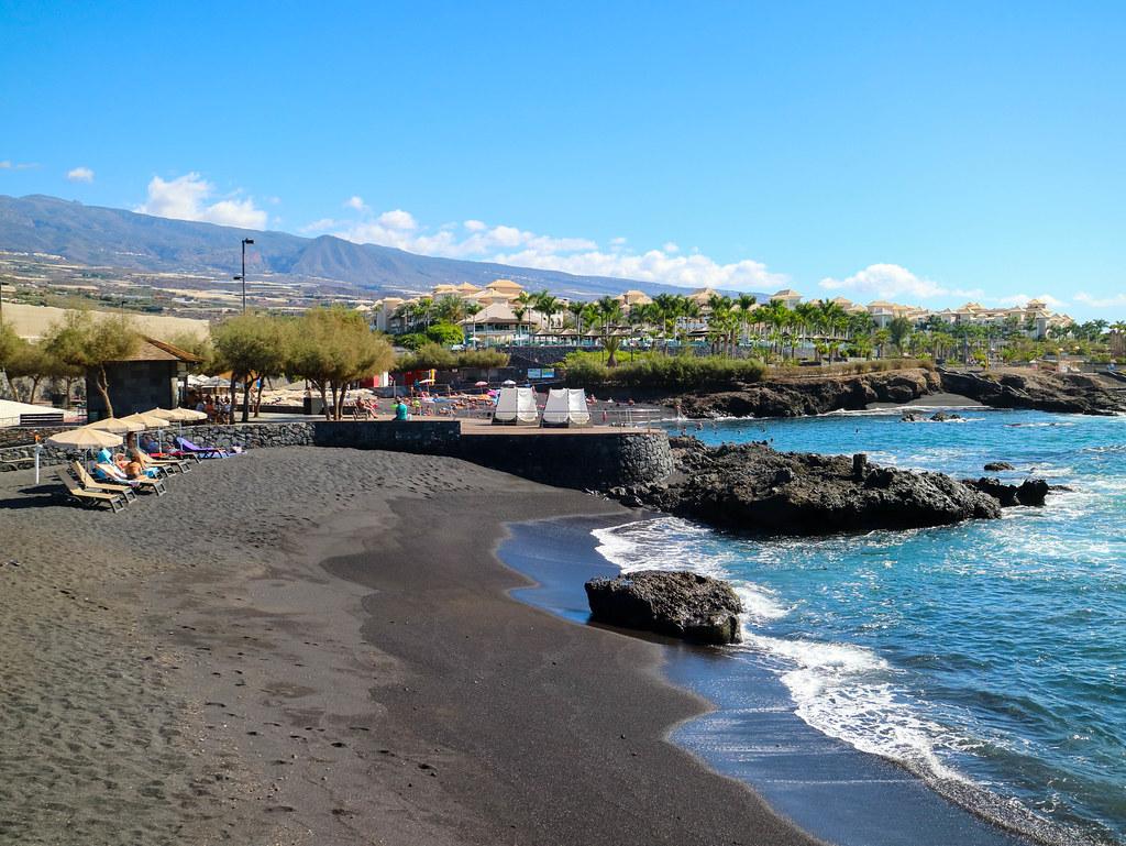 Playa de arena negra cerca del Palacio de Isora en Tenerife