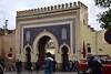 Blaues Tor (Bab Bou Jeloud) in der Stadtmauer der Medina von Fès am Tage; Marokko (436)