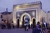 Blaues Tor (Bab Bou Jeloud) in der Stadtmauer der Medina von Fès am Abend; Marokko (432)