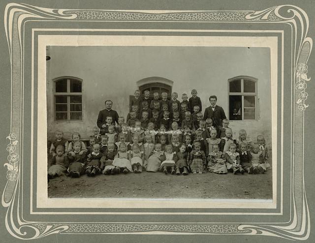 Archiv U421 Lehrer, Ortspfarrer mit Schulklasse, 1900er