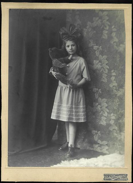 Archiv U413 Fräulein mit Teddybär, München, 1920er