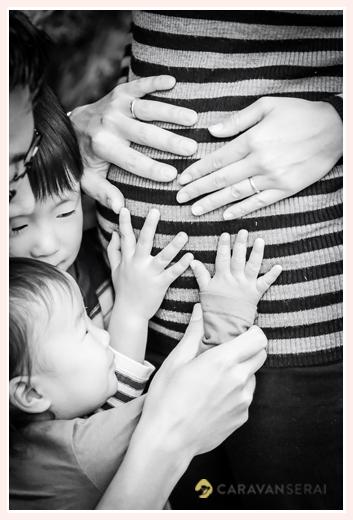 マタニティフォト ママのお腹をなでる子供達とパパ