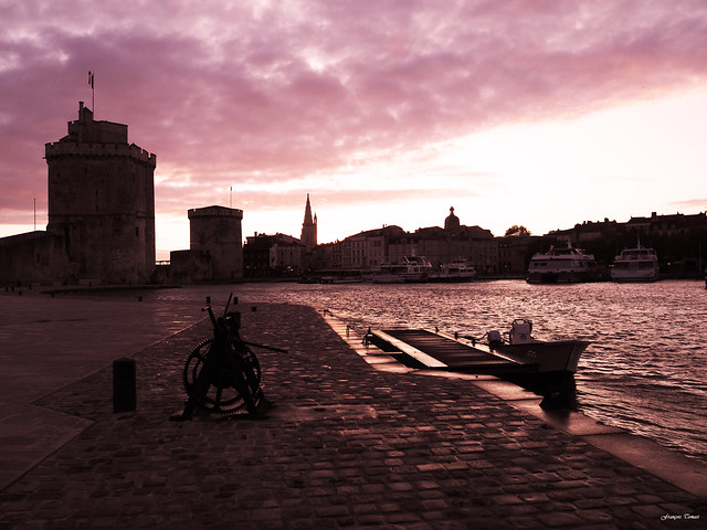 Seul sur le port de La Rochelle