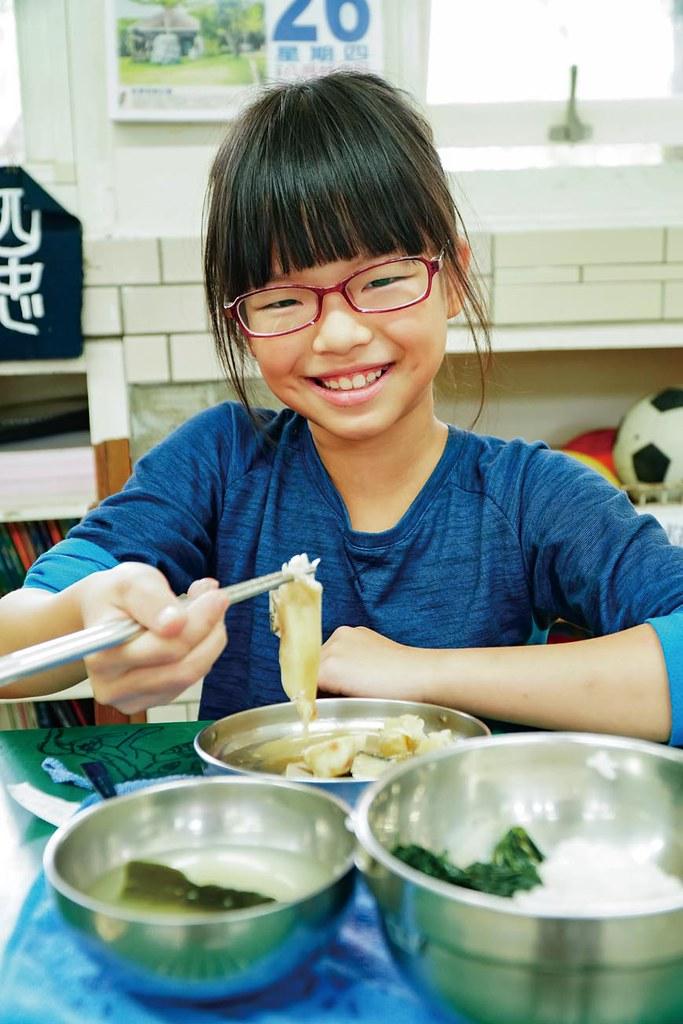 岳明國小的學生有充分的時間可以吃魚,侯季伶說:「我們其實很害怕孩子為了趕時間而把吃不完的魚丟了,希望他們可以慢慢吃,很珍惜地把魚吃乾淨。」