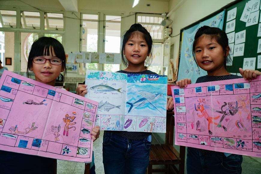 在方尹君的引導下,學生們用食魚課程的內容將學習本封面設計成大富翁遊戲。