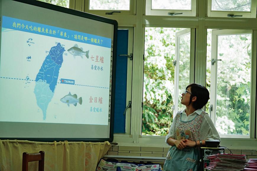 老師透過金目鱸和七星鱸對水溫喜好的比較,讓學生熟悉不同魚種的生理特徵。