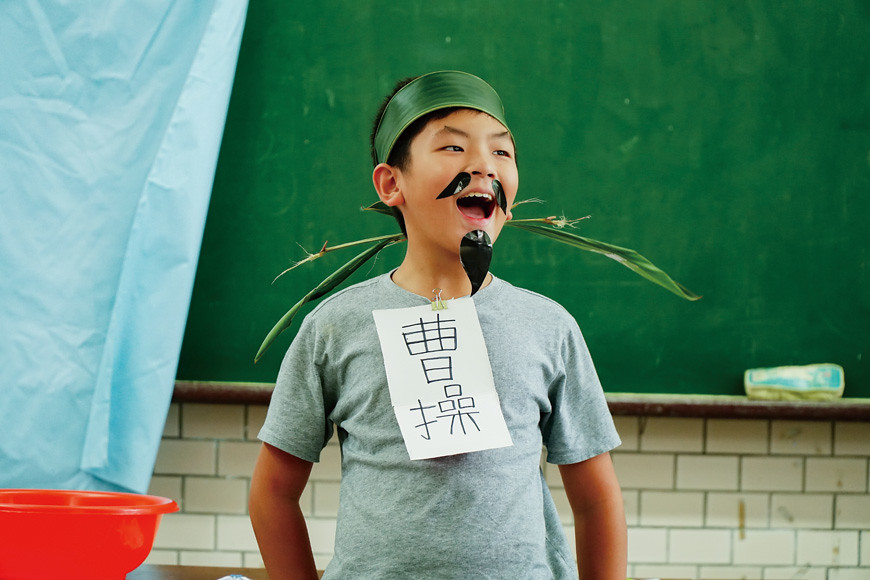 扮演曹操的學生說:「今天的聚會,山珍海味都準備齊全了,唯一缺少的,只有吳國松江中的鱸魚。」由此展現鱸魚在歷史中的價值。